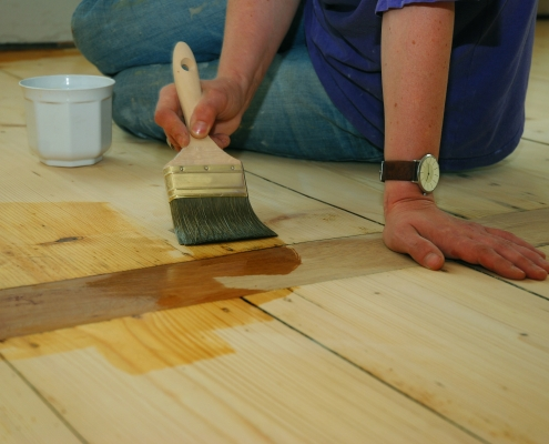 Entretien d'un parquet à l'aide d'une huile spécialisée pour le plancher
